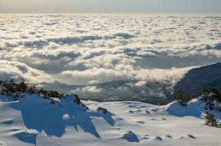 В просветах между облаками видно море
